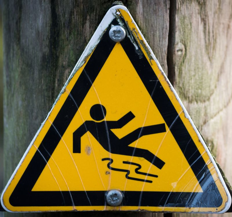Sign-slippery-warning-cropped